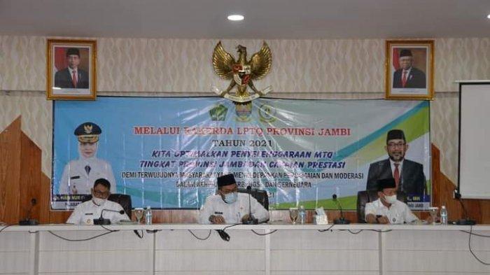 Sekretaris Daerah Provinsi Jambi sekaligus Ketua LPTQ Provinsi Jambi, H.Sudirman, SH,MH membuka secara resmi Rapat Kerja Daerah (Rakerda) LPTQ Provinsi Jambi Tahun 2021, Rabu (7/4) bertempat di ruang pola kantor gubernur.