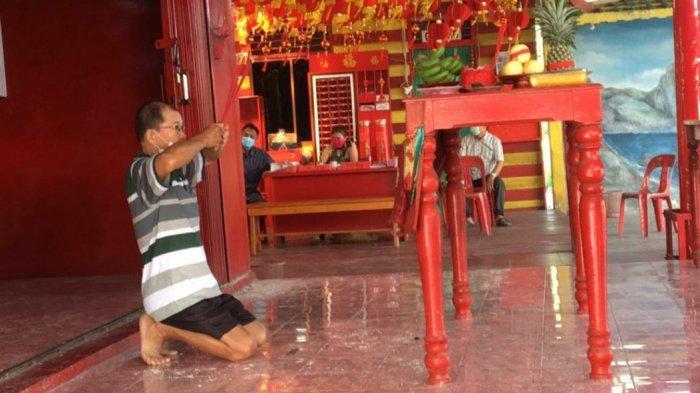 Umat Budha di Kota Kuala Tungkal mulai melaksanakan rangkaian dari proses sembahyang untuk perayaan hari Imlek 2572 , Jumat (12/2/2021).