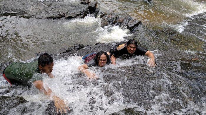 NIkmati Sensasi Mendaki Hingga Mandi di Wisata Air Terjun Muaro Karing di Merangin