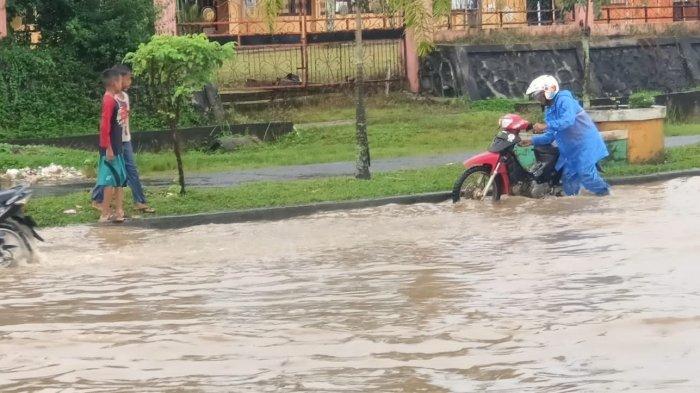 Beberapa Ruas Jalan di Tebo Kebanjiran Akibat Hujan Deras, Banyak Kendaraan Mogok