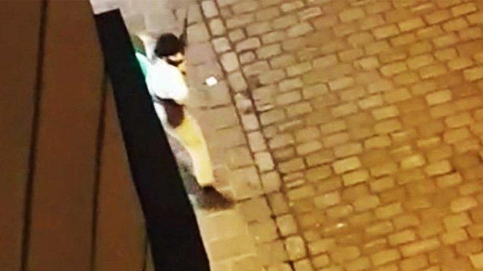 Seorang pria membawa senapan serbu dan diyakini sebagai pria bersenjata yang melakukan penggerebekan di Wina pada Senin malam.