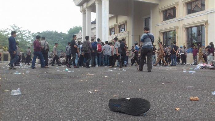 Sepatu Reebok Misterius Tergeletak, Tercecer saat Demo Mahasiswa di DPRD, Milik Siapa?