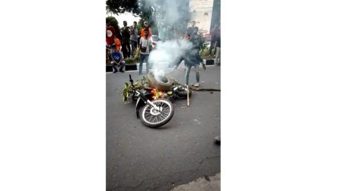 Satu Motor Polisi Dibakar Massa, Polisi Kejar Mahasiswa Sampai Dalam Kampus, Demo di Jambi