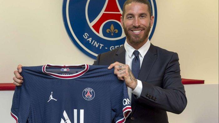 Sergio Ramos memamerkan jersey PSG setelah resmi bergabung dengan klub Paris itu
