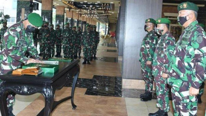 KSAD Jenderal TNI Andika Perkasa memimpin Sertijab Pangkostrad serta lima pejabat teras lainnya di jajaran TNI AD di Lantai Dasar Gedung E Markas Besar Angkatan Darat (Mabesad), Jakarta, Selasa (8/6/2021).