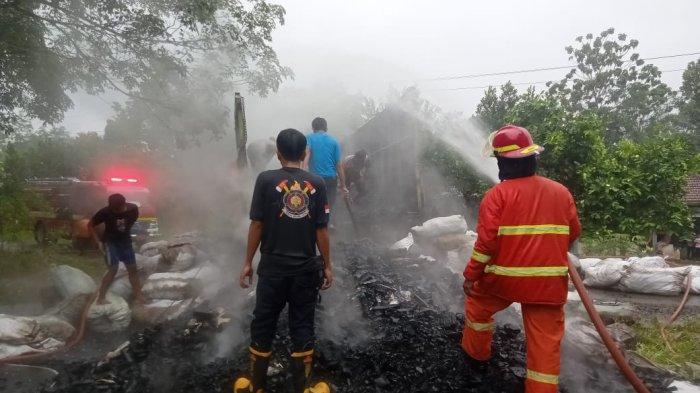 Diduga Bawa Arang Masih Panas, Fuso di Rimbo Bujang Kabupaten Tebo Nyaris Ludes Terbakar