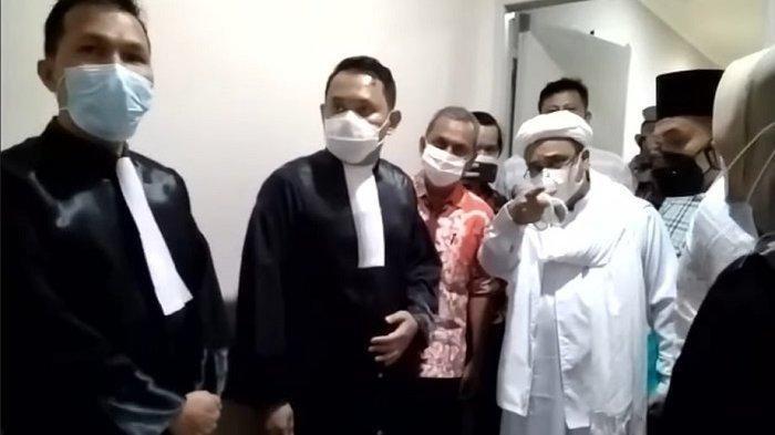 Rizieq Shihab Hadir di Ruang Sidang PN Jaktim, Dijemput Mobil Tahanan