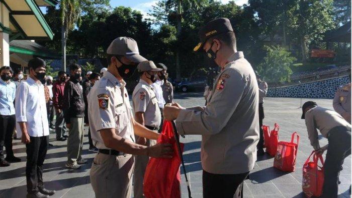 Ramadaan , Resimen WSA Bagikan Paket Sembako ke PHL Setukpa Polri