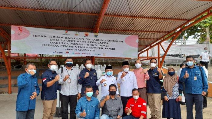 SKK Migas - KKKS Jambi menyerahkan bantuan 50 tabung oksigen dan 50 unit alat regulator kepada Pemerintah Provinsi Jambi untuk membantu penanganan Covid-19, Rabu (25/8/2021).