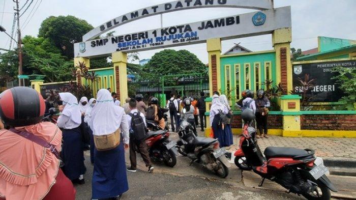 Melihat Hari Pertama PTM di Kota Jambi, Masuk Sekolah Siswa Harus Bawa Surat Vaksin
