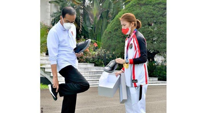 Presiden Joko Widodo Beli Sneaker Produksi Greysia Polii