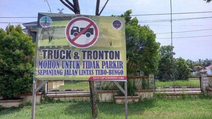 Banyak Kendaraan Bermuatan Penuh Abaikan Imbauan Pemkab Soal Larangan Parkir di Tebo