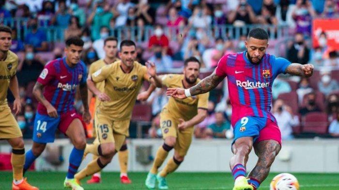 Striker Barcelona, Memphis Depay mencetak gol ke gawang Levante di Liga Spanyol