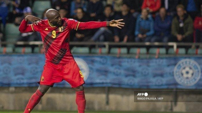 Striker Belgia merayakan golnya ke gawang Prancis dengan selebrasi ikoniknya