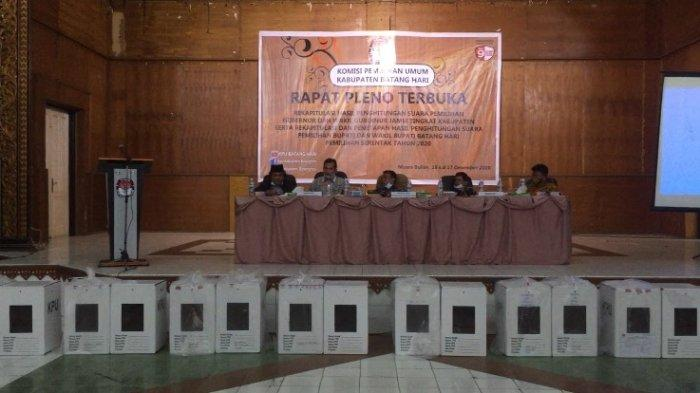 Suasana di dalam gedung Pemuda. Pleno Rekapitulasi Hasil Pilkada Batanghari dan Pilgub Jambi Kondusif, Saksi 3 Paslon Hadir Semua