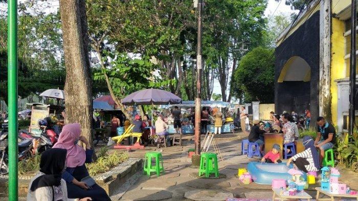 Sore Akhir Pekan di Taman Jomblo, Ramai Pengunjung Habiskan Waktu Bersama Keluarga