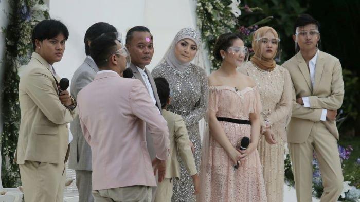 Sule dan Nathalie Holscher bersama keluarganya setelah akad nikah digelar Tsamara Resto, Jatisampurna, Bekasi, Jawa Barat, Minggu (15/11/2020) sore. (Wartakotalive.com/Arie Puji Waluyo)
