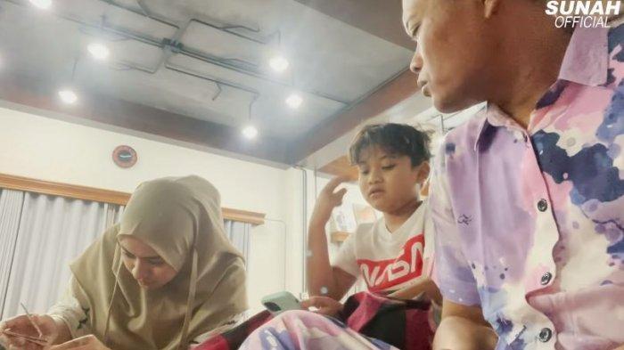 Warganet Baper Lihat Nathalie Holscher Diberi Hadiah Putra Bungsu Sule