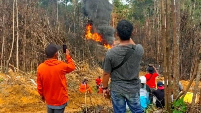 Api Masih Menyala di Sumur Minyak Ilegal Desa Bungku, Petugas Masih Berusaha Memadamkan