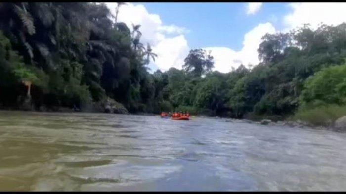 Menikmati keindahan sepanjang Sungai Batang Merangin seraya menguji adrenalin.