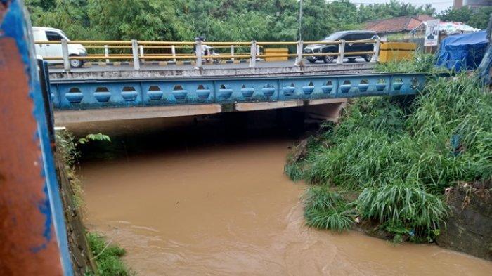 Kota Jambi Diguyur Hujan Semalaman, Air Anak Sungai di Jelutung Terlihat Tinggi dan Deras