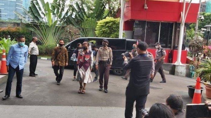 Mantan Menteri Kelautan dan Perikanan Susi Pudjiastuti menyambangi KPK ternyata untuk sebuah wawancara program Cek Ombak Metro TV yang digawanginya.