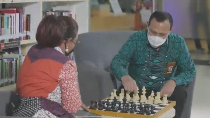 Mantan Menteri Kelautan dan Perikanan sedang ngobrol sambil bermain catur dalam program cek ombak yang akan tayang nanti malam.