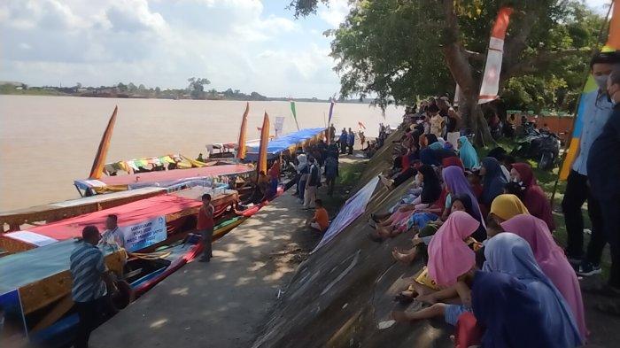 Ratusan Warga Heboh Saksikan Susur Sungai Batanghari di Festival Candi Muaro Jambi