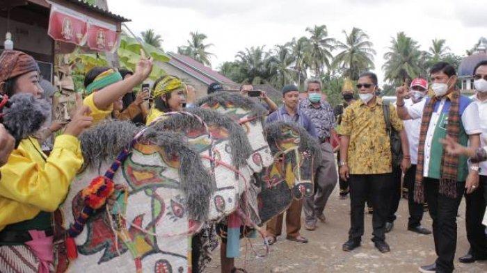 Penyambutan menggunakan kuda lumping ingatkan Syafril Nursal tentang kedekatannya selama ini dengan warga Jawa Timur. Penyambutan di Margo Tabir, Kabupaten Merangin.