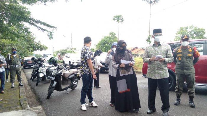 Syarif Fasha, Wali Kota Jambi datang ke Tempat Pemungutan Suara (TPS) bersama anak dan istrinya.