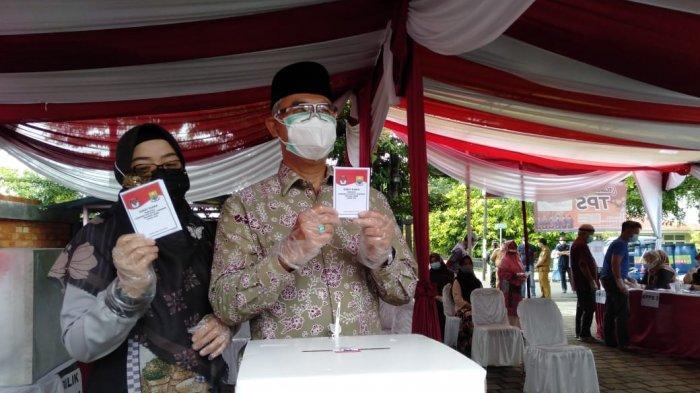 Syarif Fasha, Wali Kota Jambi dan istri saat memberikan hak pilih mereka, Rabu (9/12/2020)