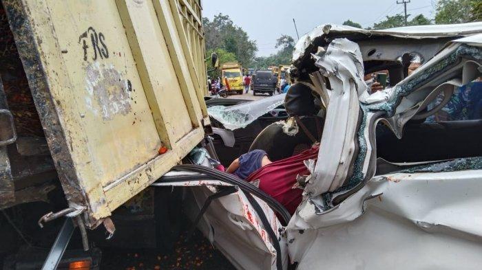 Tabrak truk yang lagi ganti ban, 2 penumpang inibus asal Sarolangun tewas di Jalinsum, Bungo.