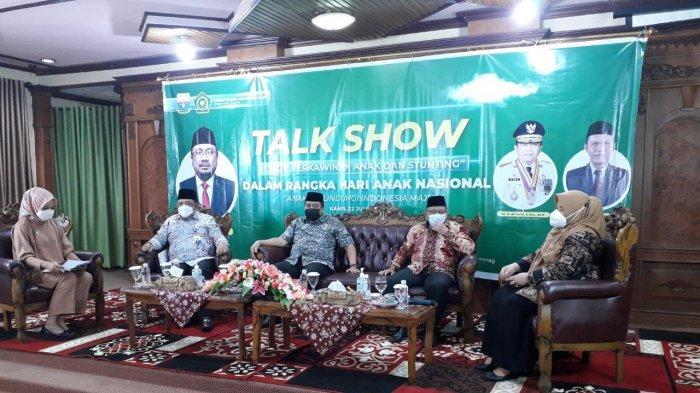 Kepala BKKBN Provinsi Jambi Munawar Ibrahim sebagai narasumber talk show yang diadakan Kanwil Kemenag dalam rangka memperingati hari anak nasional.