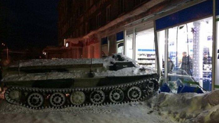 Waduh, Demi Dapatkan Minuman ini Seorang Pria Tabrak Supermarket dengan Tank