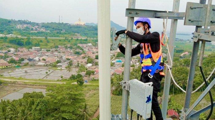 Teknisi XL Axiata sedang bekerja di atas tower BTS (Base Transceiver Station) yang berdiri di Desa Kenyayan, Kecamatan Bakauheni, Kabupaten Lampung Selatan, Kamis (1/7). Saat ini jaringan 4G XL Axiata telah menjangkau sekitar 92% desa yang ada di seluruh Provinsi Lampung, tepatnya ke 2.431 desa di 205 kecamatan. Jaringan XL Axiata tersebut didukung sekitar 3.300 BTS, termasuk di antaranya 1.400 BTS 4G.