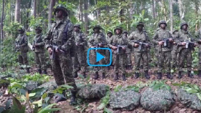 Video Tentara Sholat dengan Tenang di Medan Perang, Bikin Haru Semua yang Melihatnya