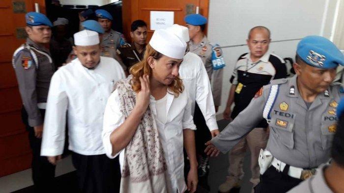 Terdakwa Habib Bahar bin Smith saat digiring menuju ruang sidang di Gedung Perpustakaan dan kearsipan Kota Bandung, Kamis (18/4/2019).