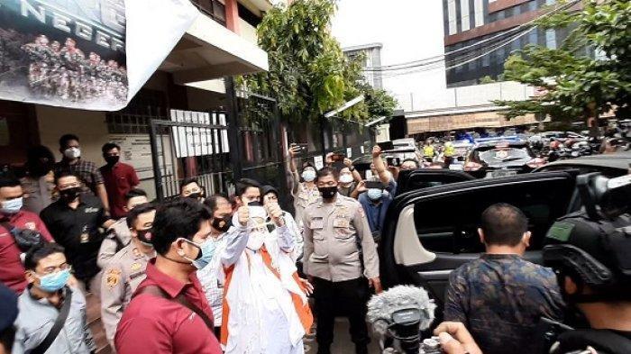 Tersangka kasus penghasutan dan pelanggaran protokol kesehatan, Habib Rizieq Shihab, saat keluar dari Rutan Ditresnarkoba Polda Metro Jaya untuk dipindahkan ke Rutan Bareskrim, Kamis (14/1/2021) sore pukul 14.57. (Warta Kota/Budi Malau)