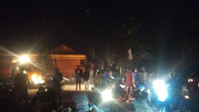 Tiang Lampu PLN di Jalan Keluarkan Percikan Api, Warga Manunggal Dua, Kuala Tungkal Berhamburan