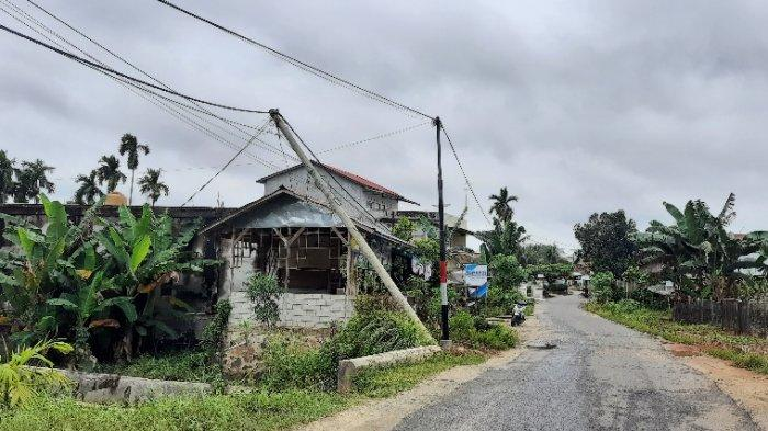 Angin Kencang, Tiang Listrik di Sungai Kerjan Bungo Miring 30 Derajat