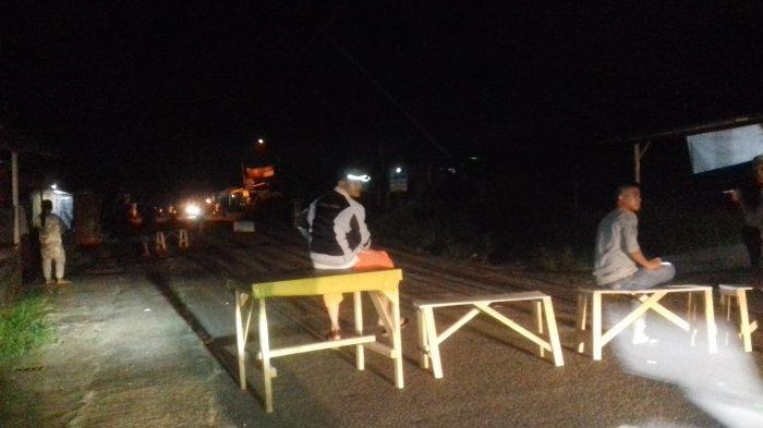 Tiang Listrik Tumbang di Jalan Pattimura, Listrik Melintang di Jalan Warga Tutup Akses Jalan