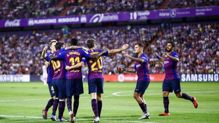 Para pemain FC Barcelona merayakan gol yang dicetak oleh Ousmane Dembele (ketiga dari kiri) dalam laga Liga Spanyol kontra Real Valladolid di Stadion Municipal Jose Zorrilla, Valladolid pada 25