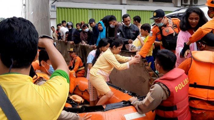 Tim gabungan evakuasi warga Jelutung yang terdampak banjir.