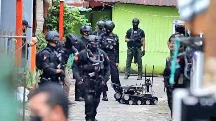 Robot Canggih Tampak Digunakan Tim Gegana saat Geledah Rumah Terduga Pelaku Bom Bunuh Diri Makassar