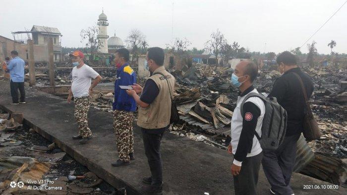 Tim kementrian Sosial meninjau lokasi kebakaran di Desa Mendahara Tengah Tanjabtim, didampingi Kadis Dinsos Tanjabtim Ridwan.