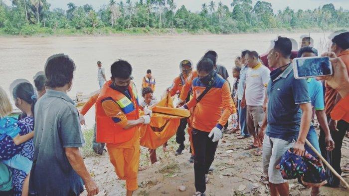 Tim SAR gabungan membawa  Jasad Roslaida (55), warga Desa Jelutih RT 05 yang tenggelam di Sungai Tembesi.