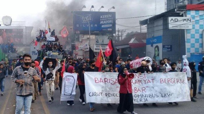 Makassar Negeri Para Demonstran, Sari Labuna Ditahan Polisi Setelah Bawa 'Keranda' Puan Maharani