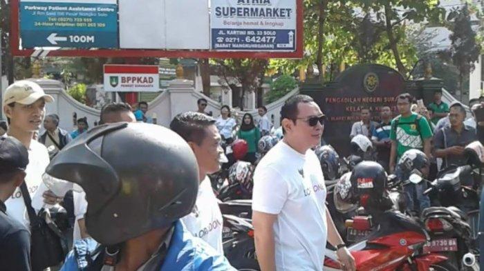 Muncul di Solo, Warga Rebutan Foto Bareng Tommy Soeharto
