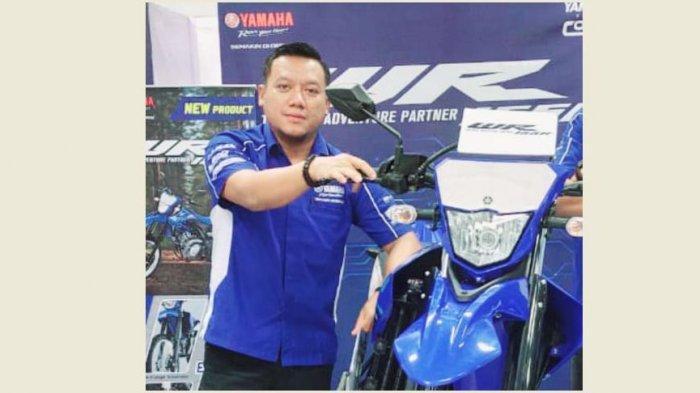Tono, Area Manajer Yamaha Mataram Sakti Jambi berpose disamping Yamaha WR155 R