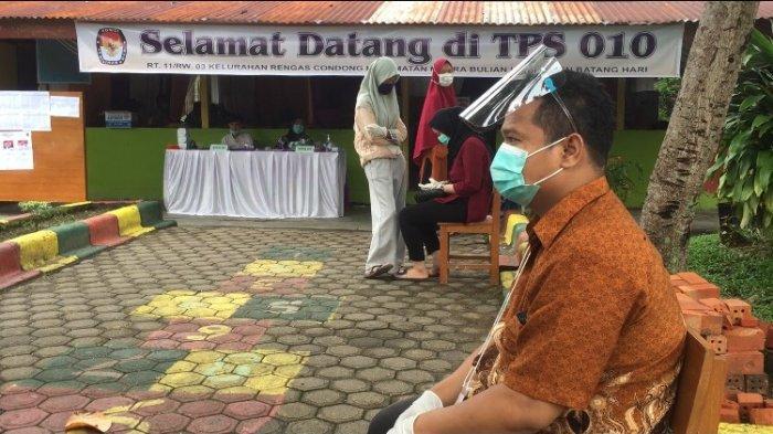 Tiga Calon Bupati Batanghari Sama-sama Berikan Hak Suara Mereka di Kelurahan Rengas Condong